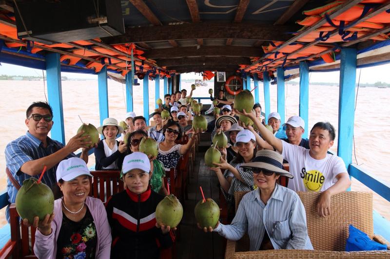 Cùng nhau thưởng thức dừa xiêm bến tre trên thuyền