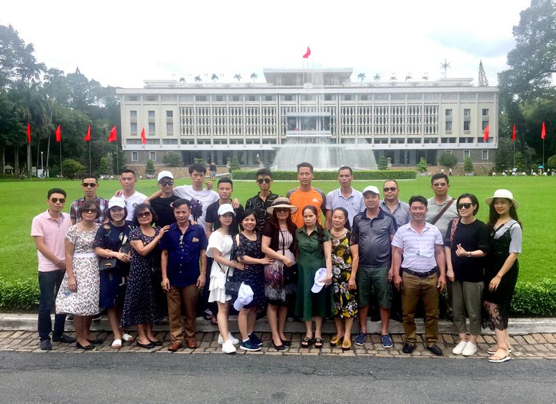 CBNV thăm quan dinh độc lập