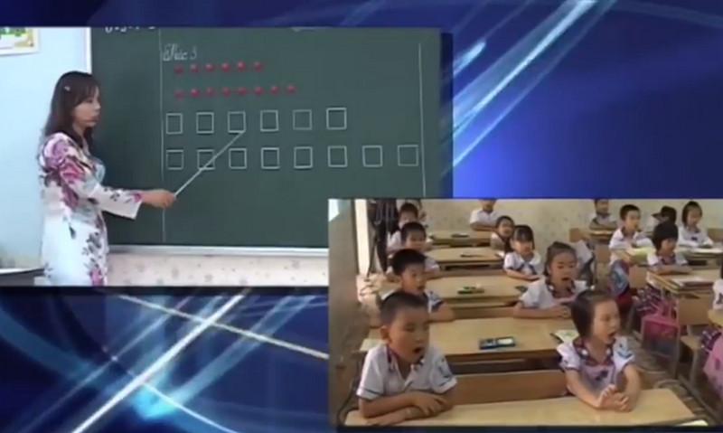cô giáo chỉ vào hai dòng gắn hình tròn ở trên bảng rồi học sinh đọc theo