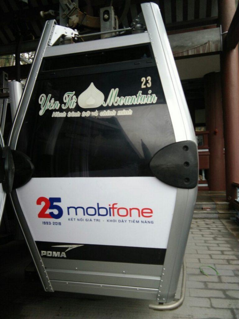 Dán decal Mobifone trên kính tại chùa Yên Tử, Quảng Ninh