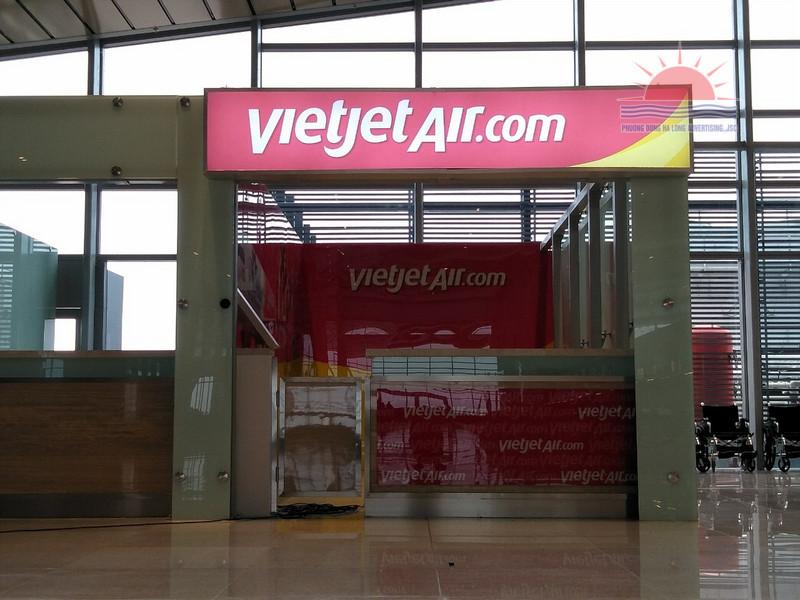 Biển hộp đèn in UV bạt 3M quầy vé Vietjet Air