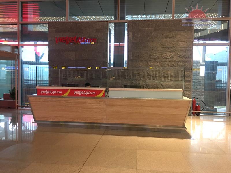 Trang trí quầy vé Vietjet tại sân bay Vân Đồn