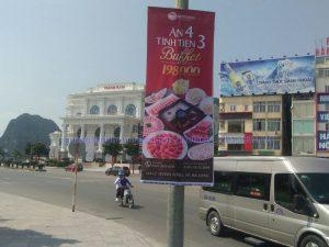 In treo banner nhà hàng Hutong gần Vincome