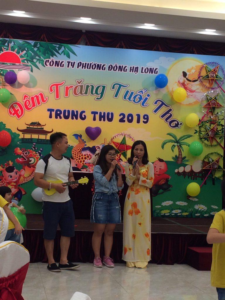 Cô chú nhân viên tham gia hát mừng đêm hội trung thu công ty Phương Đông Hạ Long