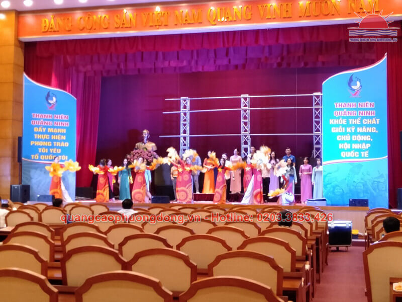 Trang trí sân khấu của đại hội đại biểu hội liên hiệp thanh niên