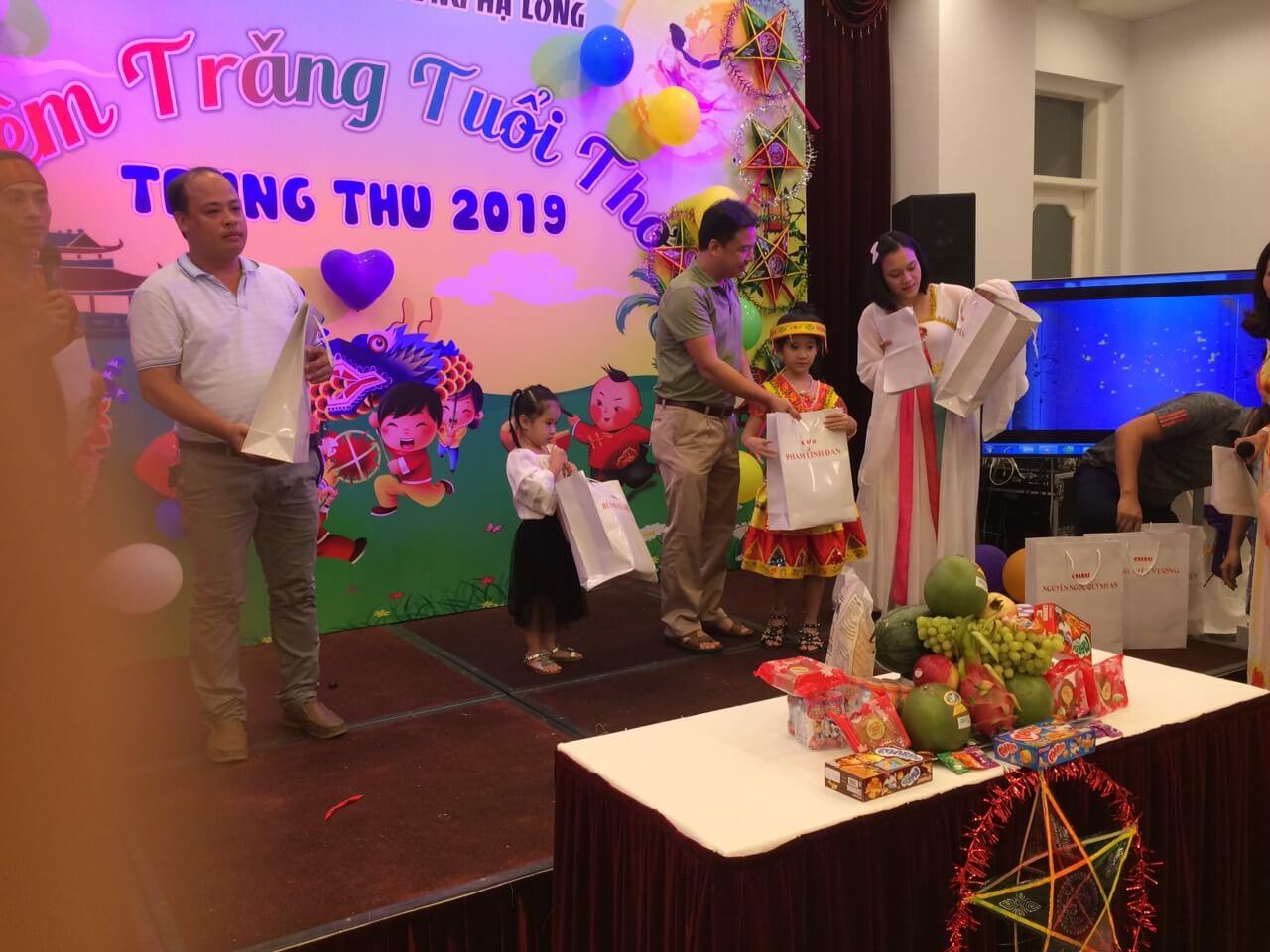 Công đoàn công ty Phương Đông Hạ Long trao quà trung thu cho các con