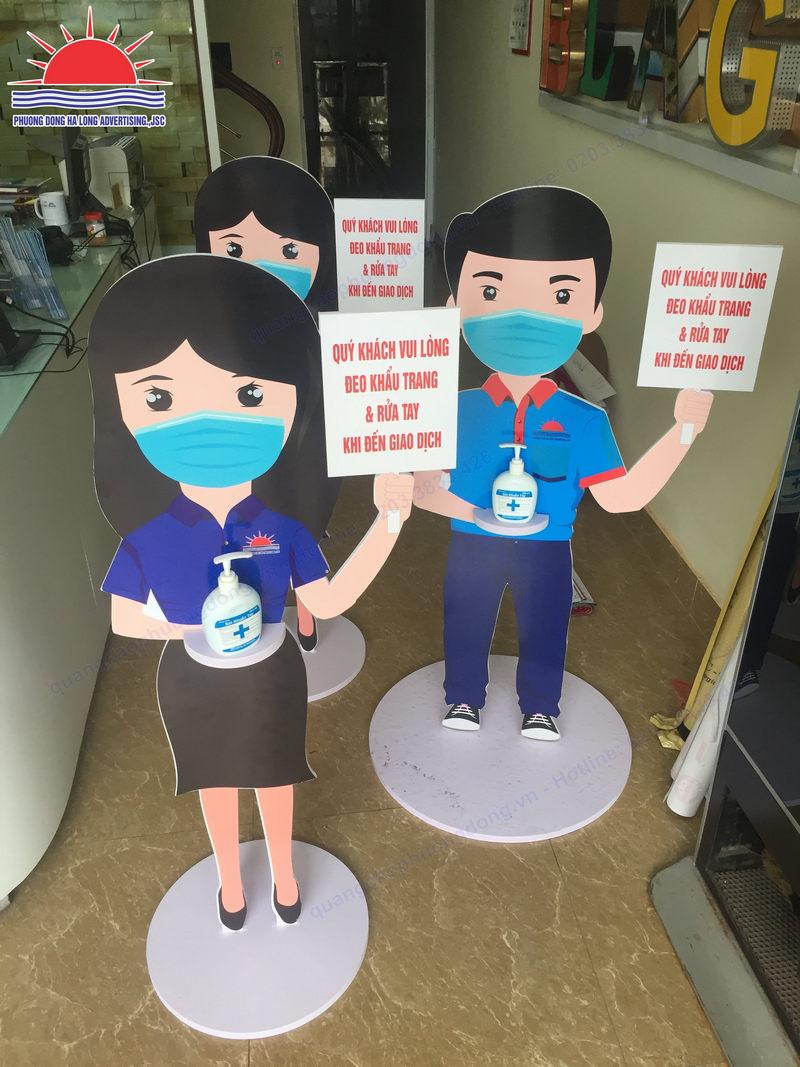 Sản xuất hình nộm đề nghị đeo khẩu trang và sát khuẩn tay tại Quảng Ninh