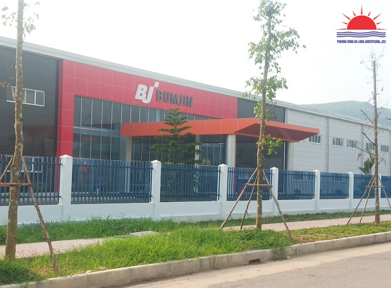 Biển quảng cáo bên ngoài nhà máy