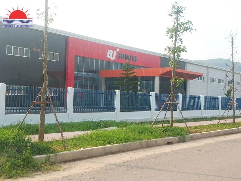 Biển quảng cáo bên ngoài nhà máy Bumjin