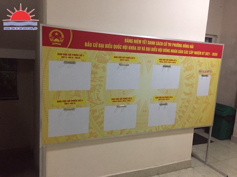 Làm bảng niêm yết danh sách cử tri tại Hạ Long Quảng Ninh