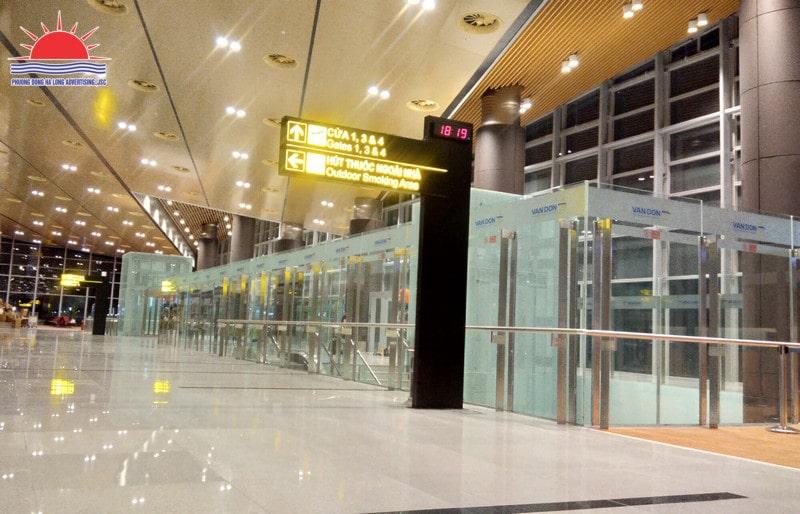 Dán kính quảng cáo tại sân bay Vân Đồn