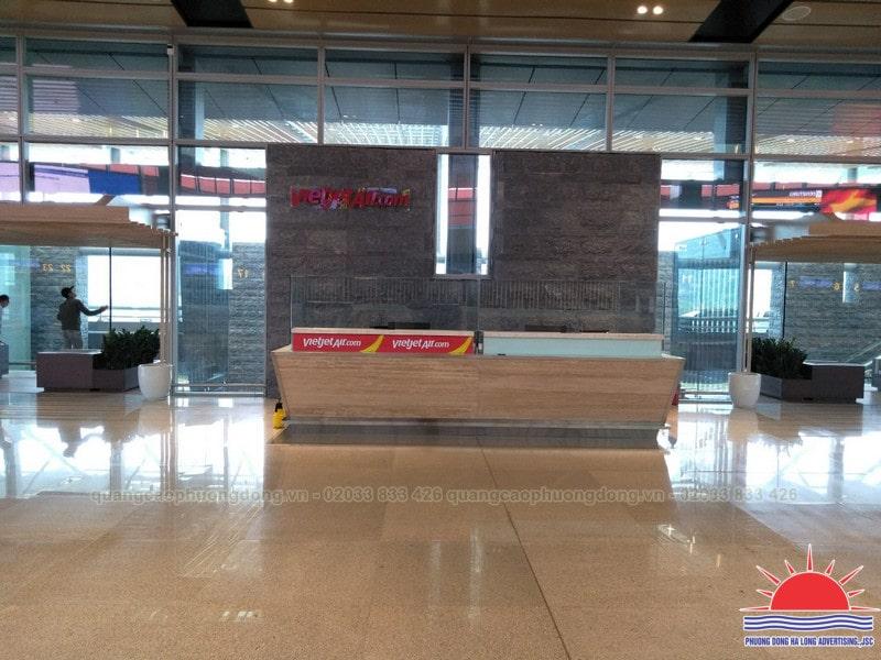 Trang trí quầy vé tại sân bay Vân Đồn