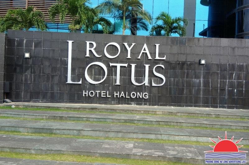 Mẫu biển chữ nổi gắn đá khách sạn
